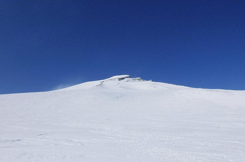 鳥海山頂上直下 4月